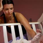 Миссия выполнима? Как переложить уснувшего на руках малыша в кроватку и не разбудить?
