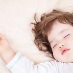 Как приучить ребенка к кроватке и переселить в свою комнату