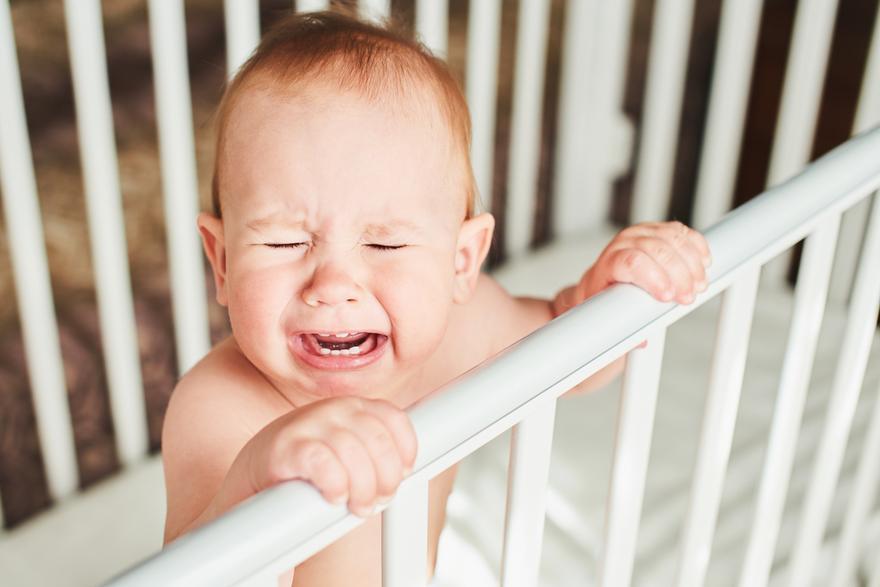 ребенок закатывает истерику при виде кроватки